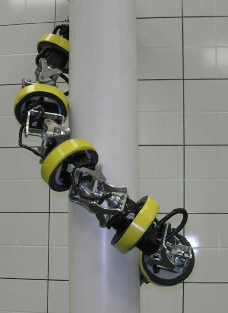 Robot HyDRA subiendo por una columna - Imagen de Virginia Tech News