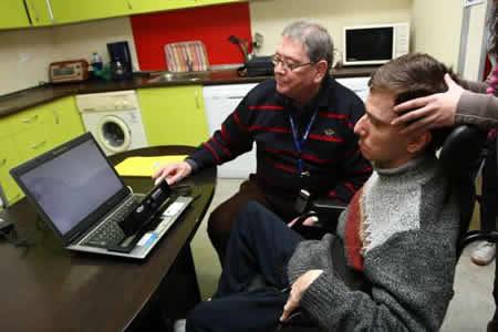 Fernando, un joven con parálisis cerebral probando el sistema - Imagen de 20minutos.es