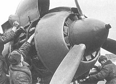 Mantenimiento manual del rotor de un avión, tarea que hoy prescinde de la actividad directa humana - Imagen de rkka.es