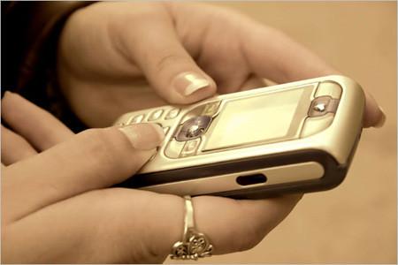 Tipeo de un mensaje de texto en un dispositivo móvil - Imagen de NoticiasTech