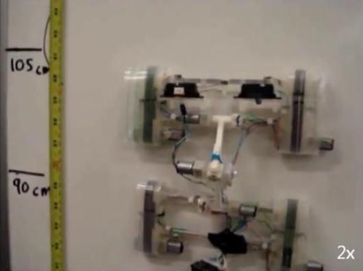 El Tank-Style Robot escalando una pared lisa