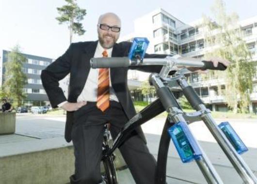 Hermann y su bici con frenos inalámbricos