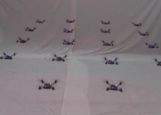 Cuadricópteros volando en grupo