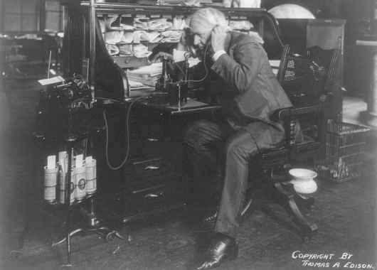 Edison probando uno de sus inventos
