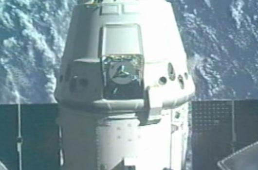 Cápsula Dragon alejándose de la ISS