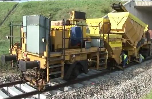 Máquina que construye vías del tren