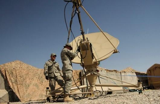 Militares trabajando en comunicaciones