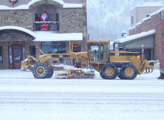 Motoniveladora quitando nieve