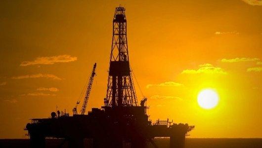 Plataforma petrolera al atardecer