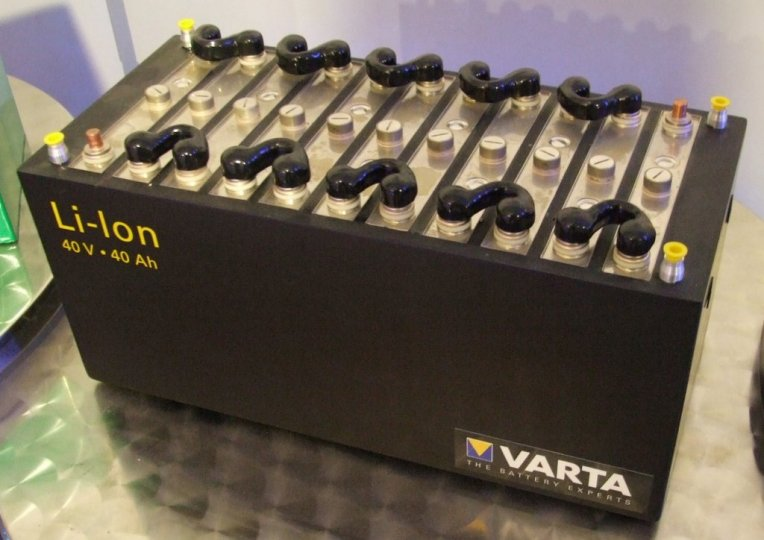 Batería de iones de litio utilizada en vehículos automotores. Fotografía de Wikimedia Commons.